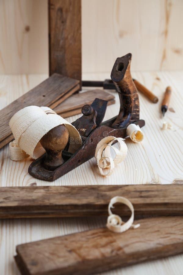 Alisadora de madera en el taller de la carpintería foto de archivo libre de regalías
