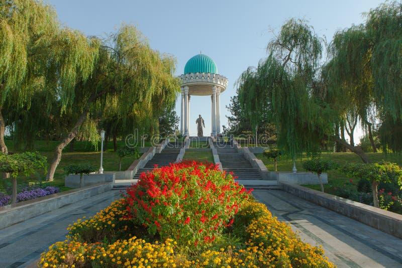 Alisher Navoiy Statue in Taškent fotografia stock