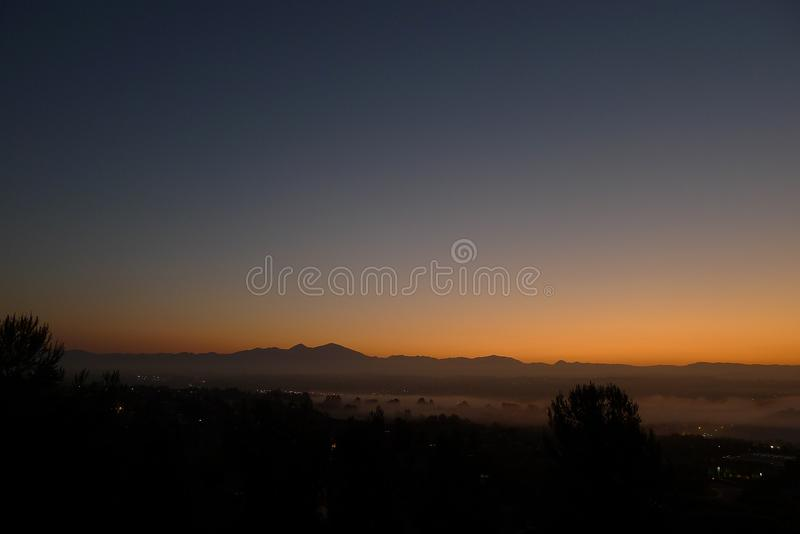 Aliso Viejo au matin de brouillard photographie stock
