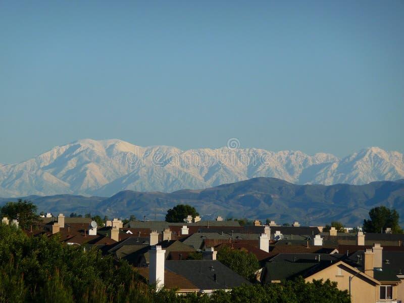 Aliso Viejo y nieve Mt San Antonio foto de archivo libre de regalías