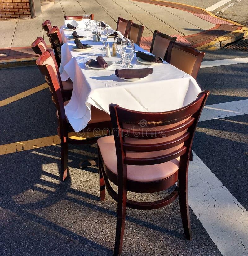 Aliste a Dine Al Fresco en una cena bajo evento de las estrellas fotografía de archivo libre de regalías