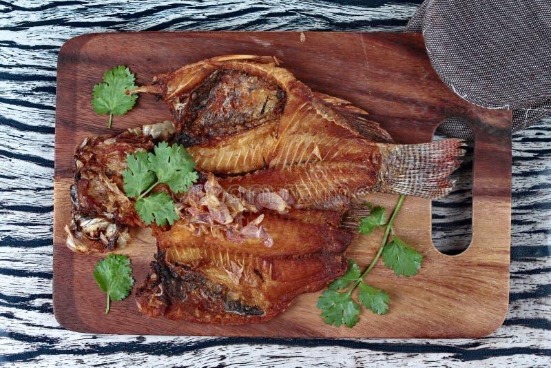 Aliste los pescados fritos servidos, tiapia del Nilo, en el carnicero servido foto de archivo libre de regalías
