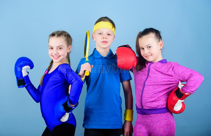 Aliste para luchar ?xito del deporte de equipo entrenamiento de las peque?as muchachas boxeador y muchacho en ropa de deportes Ni fotos de archivo