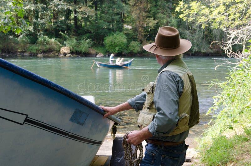 Aliste para pescar el río foto de archivo