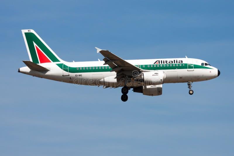Alitalia Aerobus A319 EI-IMG samolotu pasażerskiego lądowanie przy Frankfurt lotniskiem obrazy stock