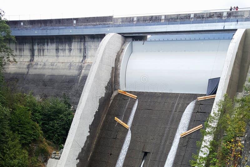 Aliviadero de Cleveland Dam en Vancouver del norte, Canadá imagenes de archivo