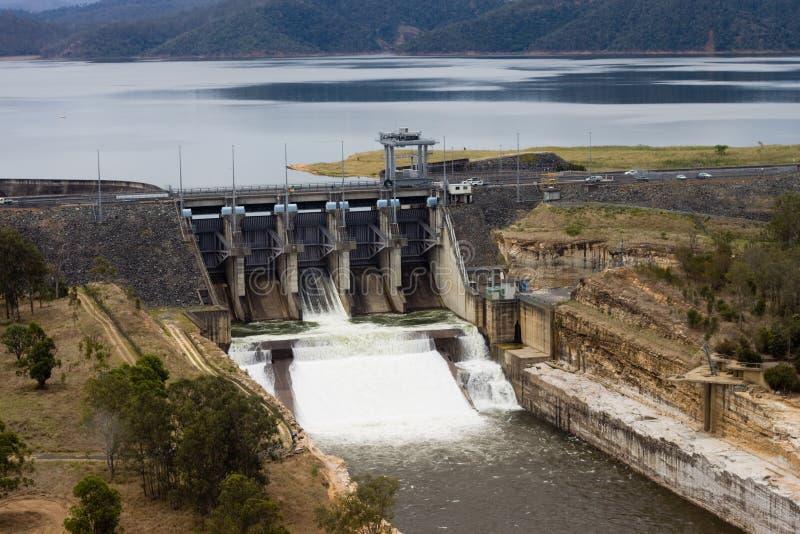 Aliviadero de la presa de Wivenhoe release/versión el agua fotografía de archivo libre de regalías
