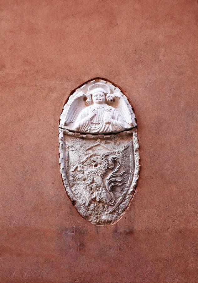 Alivio antiguo de San Jorge y del león en una pared de Venecia imagenes de archivo
