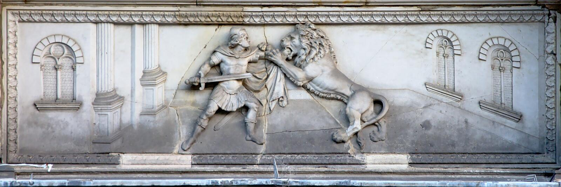 Alivio de Bas del guerrero romano que lucha un león fotos de archivo libres de regalías