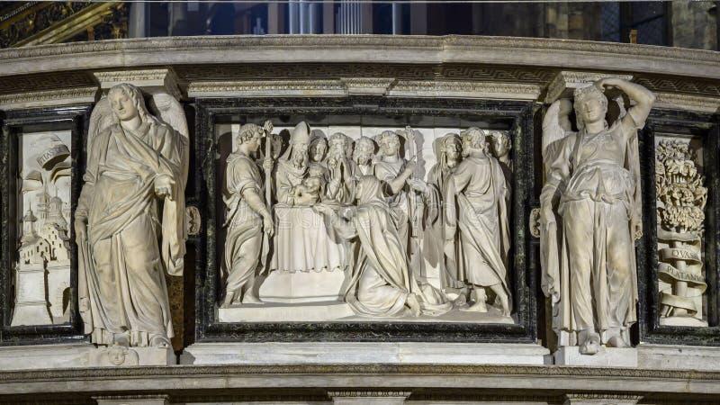 Alivio de mármol que ofrece al niño Jesús dentro de Milan Cathedral, la iglesia de la catedral de Milán, Lombardía, Italia imágenes de archivo libres de regalías