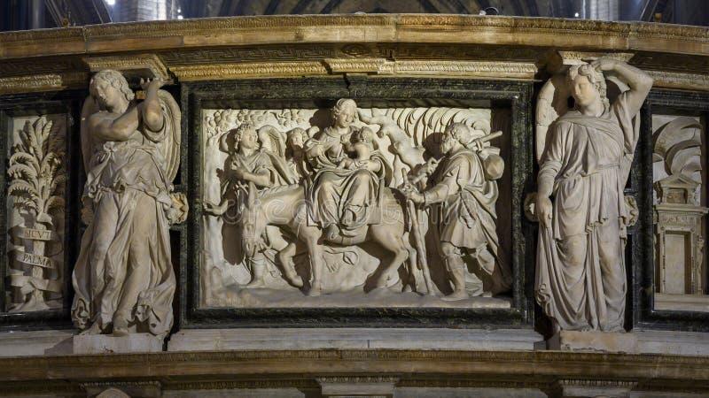 Alivio de mármol que ofrece al niño Jesús dentro de Milan Cathedral, la iglesia de la catedral de Milán, Lombardía, Italia fotografía de archivo