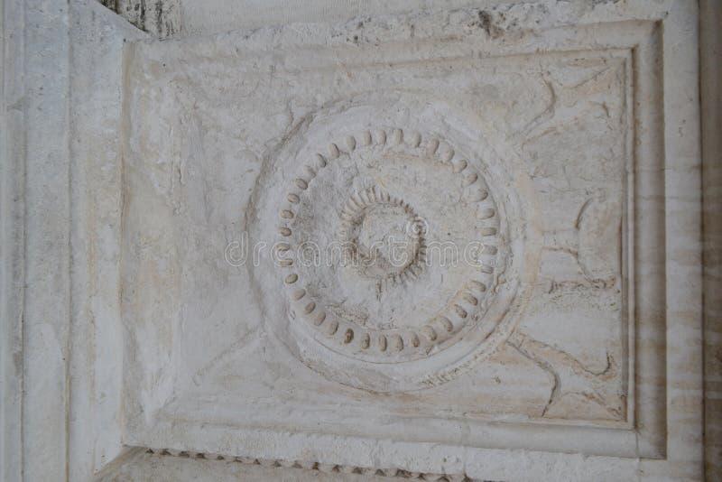 Alivio de piedra antiguo en gris imagen de archivo libre de regalías