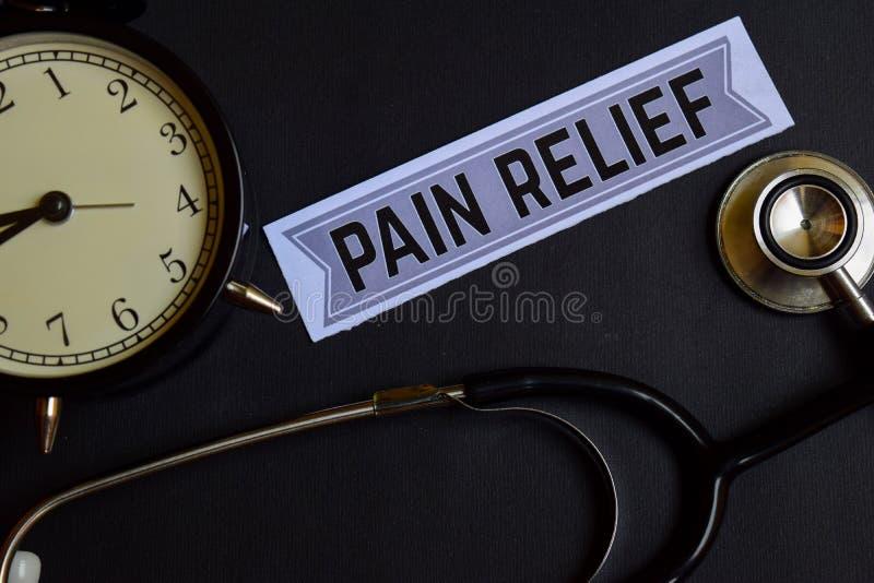 Alivio del dolor en el papel con la inspiración del concepto de la atención sanitaria despertador, estetoscopio negro fotografía de archivo