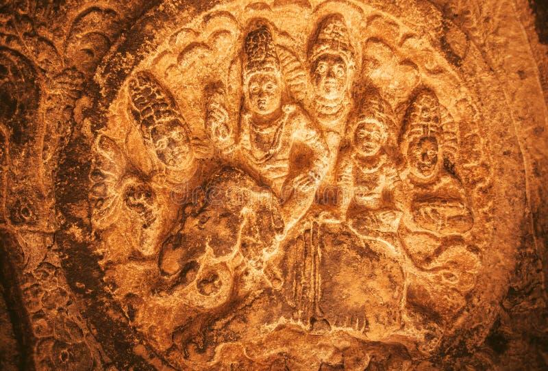 Alivio histórico con dioses hindúes que se sientan en un elefante Ejemplo de la arquitectura india antigua en Aihole, la India imágenes de archivo libres de regalías