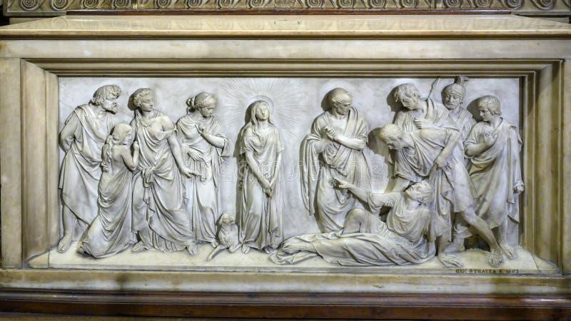 Alivio que ofrece la Virgen María dentro de Milan Cathedral, la iglesia de la catedral de Milán, Lombardía, Italia imagen de archivo
