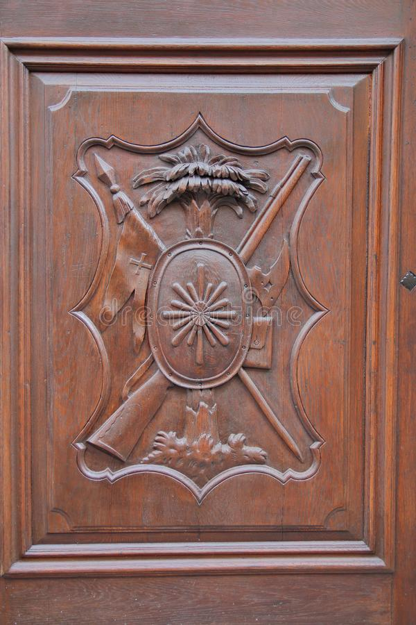Alivio que talla en una puerta de madera foto de archivo libre de regalías