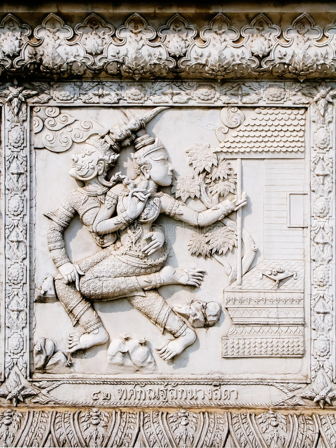 Alivios bajos de la pared del templo de Tailandia, Ayutthaya, tallas de los extranjeros, dioses fotos de archivo libres de regalías