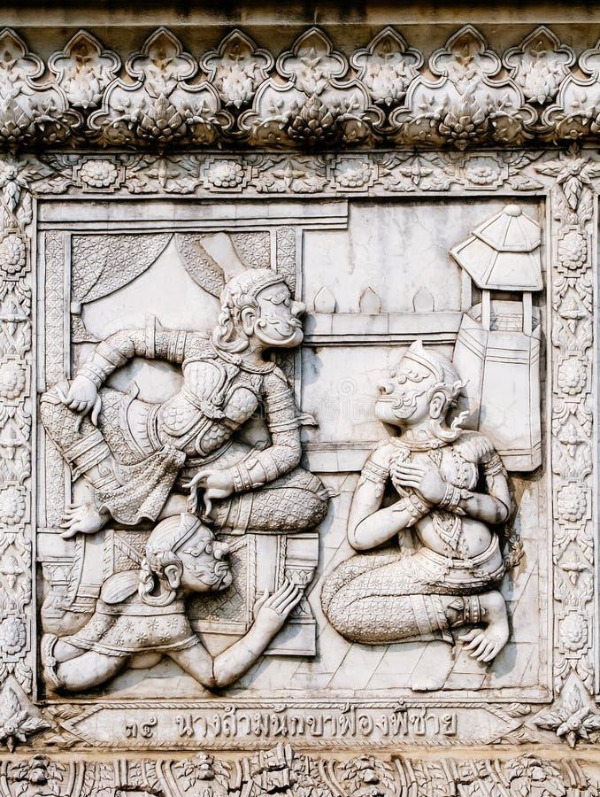 Alivios bajos de la pared del templo de Tailandia, Ayutthaya, tallas de los extranjeros, dioses foto de archivo