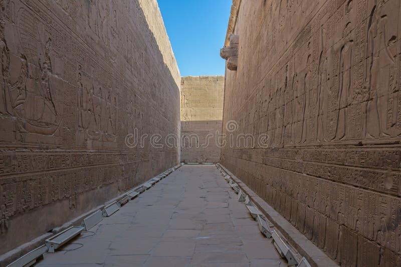 Alivios de Bas en el templo de Horus foto de archivo