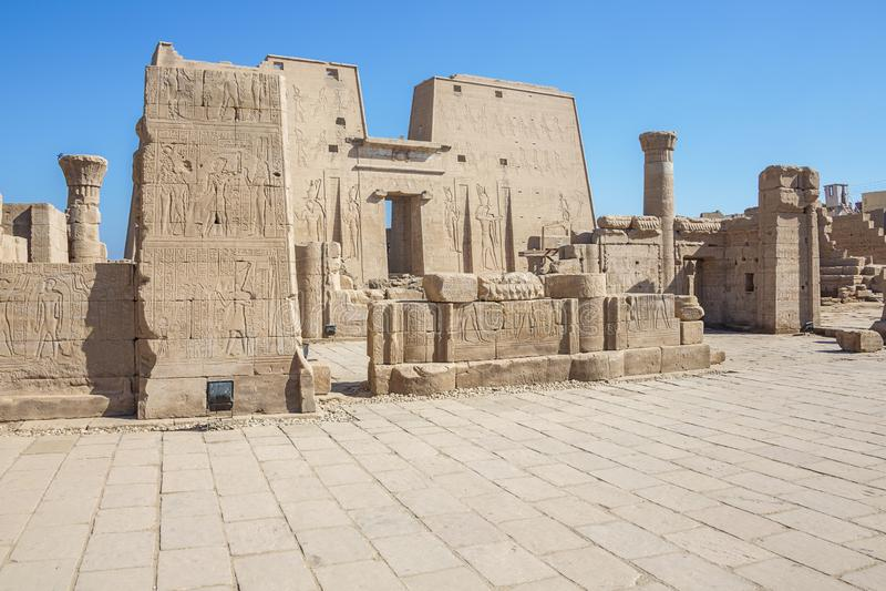 Alivios de Bas fuera del templo de Horus imagen de archivo