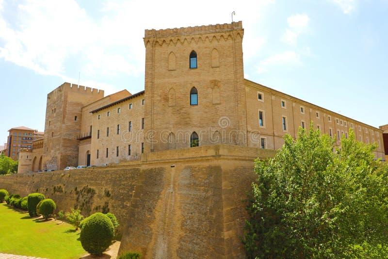 Aljaferia slott i Zaragoza, en medeltida slott som byggs i 11th under islamisk dominans av Spanien royaltyfri bild