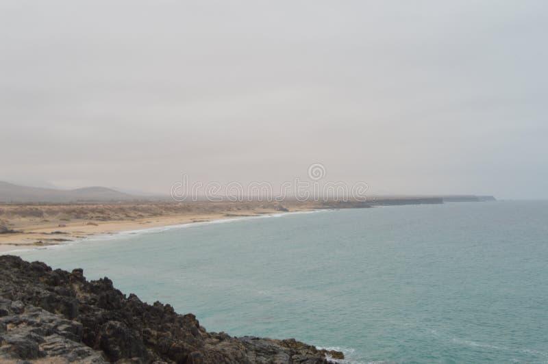 Aljibe взгляда пляжа бухты от замка в El Cotillo 4-ое июля 2013 Канарские острова Oliva Фуэртевентуры Ла El Cotillo : стоковые изображения rf