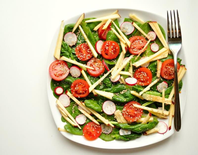Alkalisch, gezond voedsel: spinazie, appel en tomatensalade royalty-vrije stock foto's