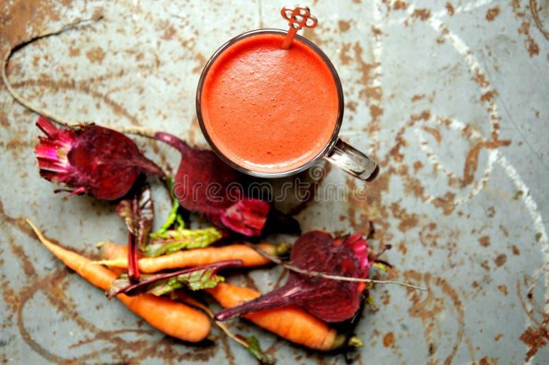 Alkalisch, ruw ontbijt met rode bietsap op een uitstekende lijst royalty-vrije stock foto