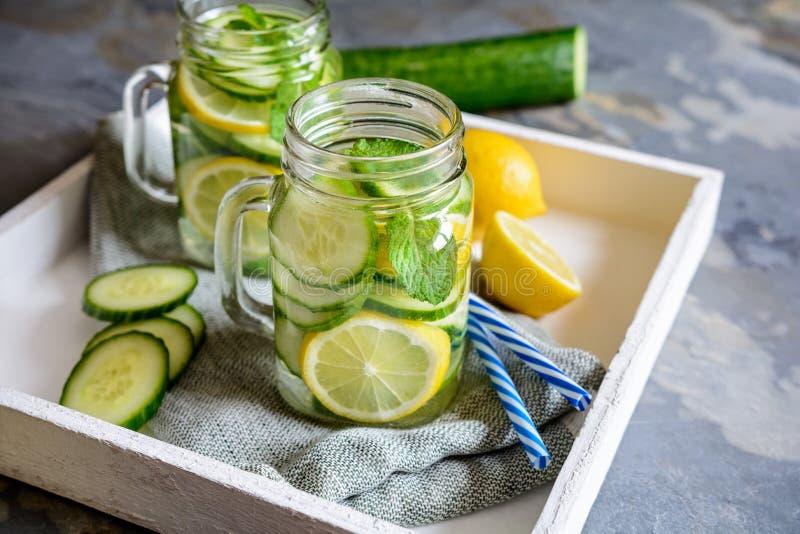 Alkalisch water met komkommer, gember, citroen en munt stock afbeeldingen