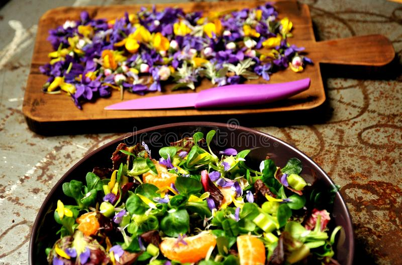 Alkalische, de lentesalade met bloemen, fruit en valeriaansalade royalty-vrije stock afbeeldingen