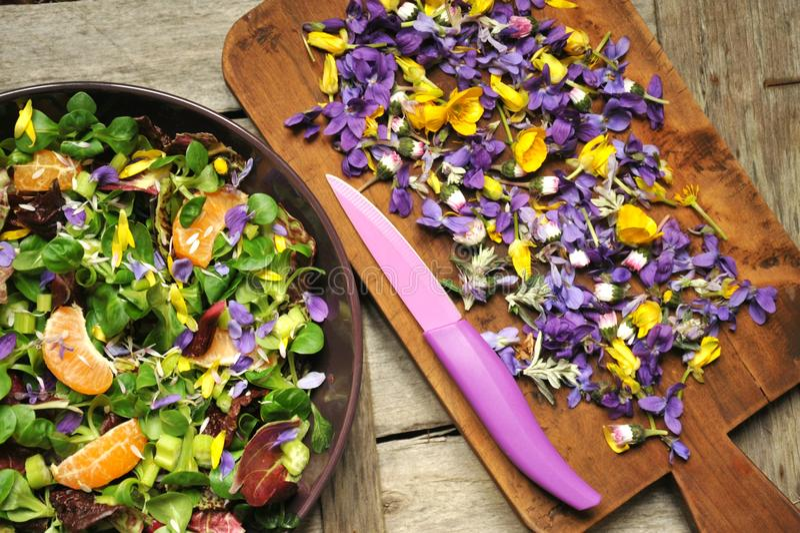 Alkalisk sund mat: sallad med blomma-, frukt- och valerianasallad arkivfoto