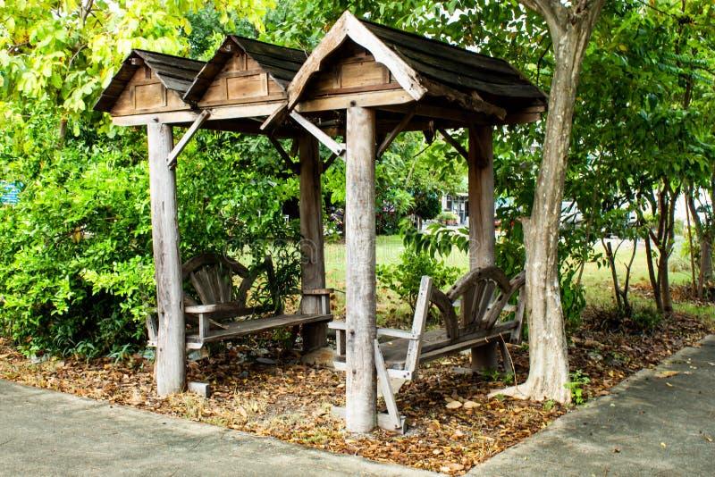 Alkierz siedzieć w parku zdjęcia royalty free