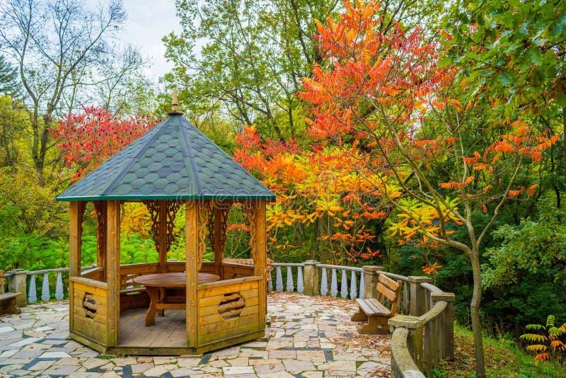 Alkierz w jesień ogródzie zdjęcie royalty free