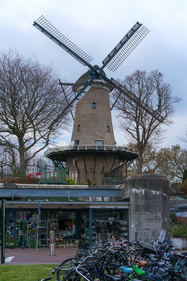 Alkmaar holandie - Kwiecień 12, 2019: Piękny tradycyjny Holenderski wiatraczek w Alkmaar, holandie obrazy stock