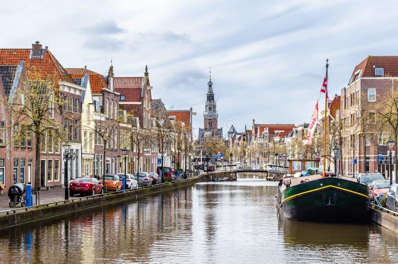 ALKMAAR NEDERLÄNDERNA - APRIL 22, 2016: Stads- landskap i Alkmaar arkivfoton