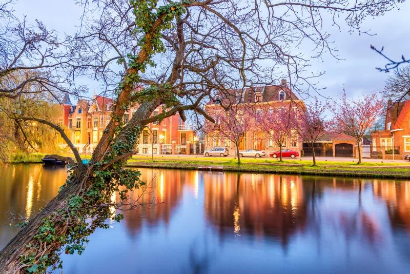 Alkmaar Nederländerna Härlig nattsikt av hem över kanalen fotografering för bildbyråer