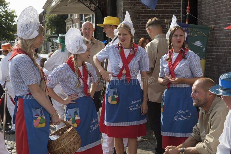 Alkmaar Nederländerna - Juli 20, 2018: Ostflickor, kaasmeisjes, fotografering för bildbyråer