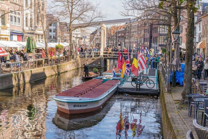 Alkmaar, Nederland - April 12, 2019: Kaasmarkt en kanalen in de Nederlandse stad van Alkmaar, de stad met zijn beroemde kaas stock foto