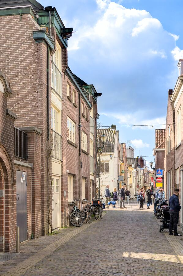 Alkmaar, Nederland - 12 april 2019: Narrow street in het historische district Alkmaar royalty-vrije stock afbeelding