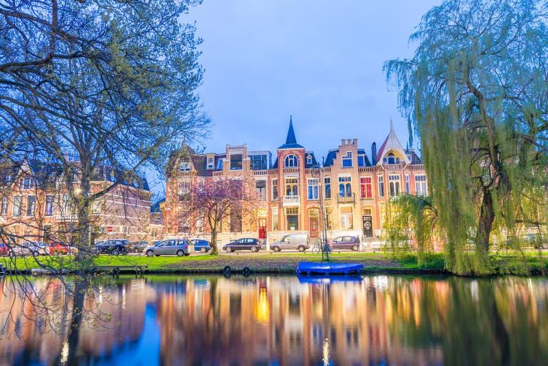 Alkmaar, Nederland Mooie nachtmening van huizen over kanaal royalty-vrije stock fotografie