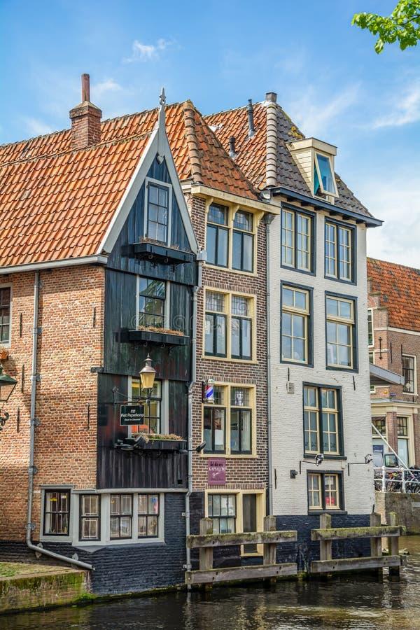 Alkmaar, Niderlandy - 26 kwietnia 2019 Ulica miasta Alkmaar w prowincji Holandia Północna zdjęcia stock