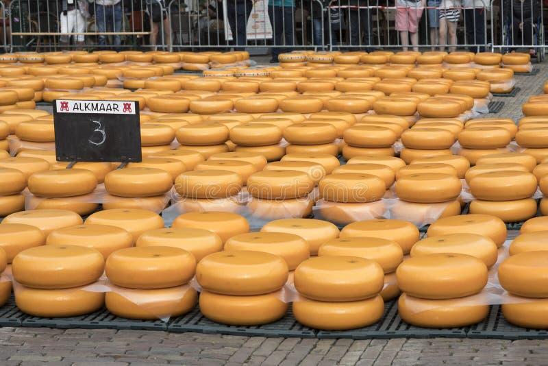 Alkmaar, Países Baixos - 1º de junho de 2018: Fileiras do empilhado em volta do grito imagens de stock