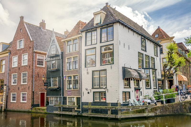 Alkmaar, Pays-Bas - 26 avril 2019 Vue sur la rue de la ville d'Alkmaar dans la province de Hollande du Nord Ancien néerlandais tr images stock