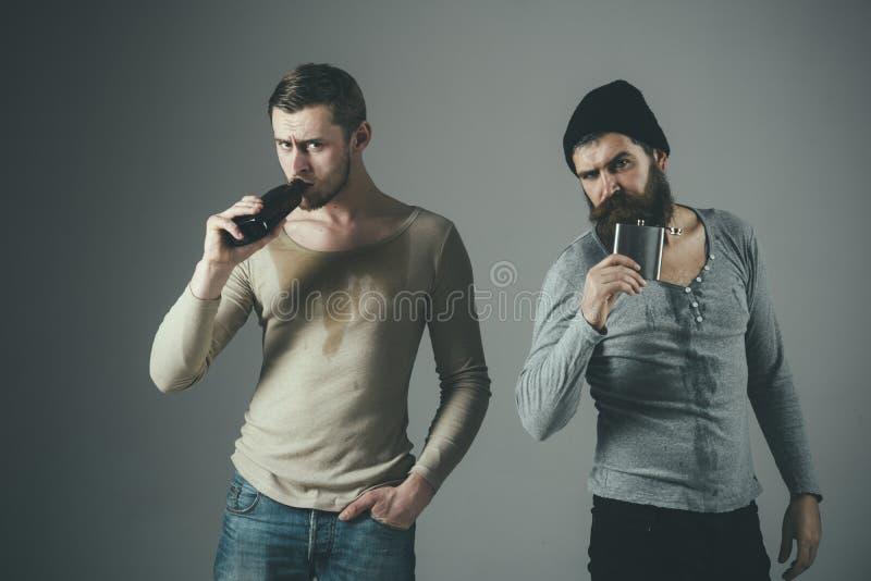 Alkohol är inte svaret dricka deltagare Män som dricker alkohol från flaskan och flaskan Alkoholknarkare _ hårt arkivfoton