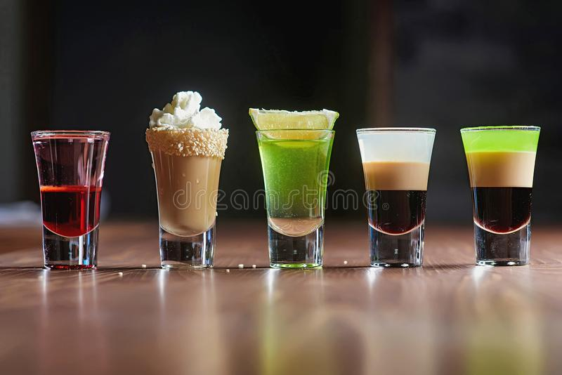 Alkohol-Cocktailunschärfehintergrund lizenzfreie stockfotografie
