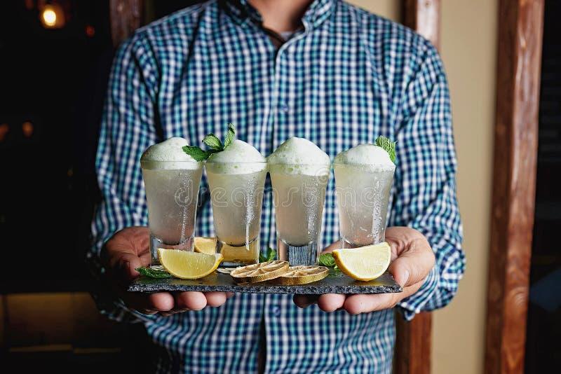Alkohol-Cocktailunschärfehintergrund stockbilder