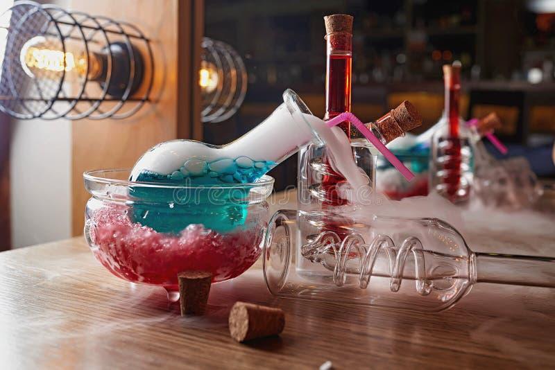 Alkohol-Cocktailunschärfehintergrund stockbild
