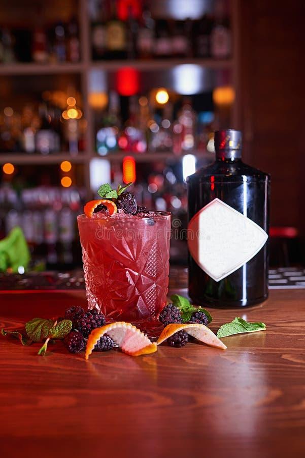 Alkohol-Cocktailunschärfehintergrund stockfoto