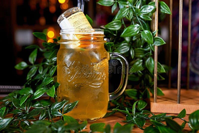 Alkohol-Cocktailunschärfehintergrund lizenzfreies stockbild