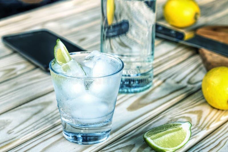 Alkohol, dżin, koktajl, tonika, napój, ajerówka, szkło, lód, świeży, pastylka zdjęcia stock